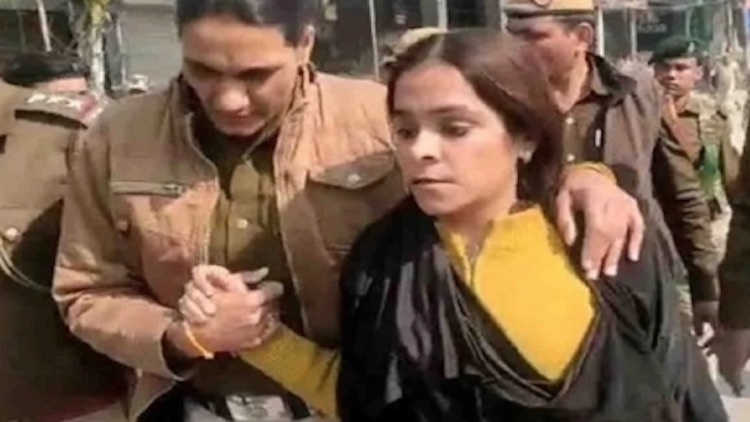 Burqa-Clad Woman Infiltrates Shaheen Bagh Protest