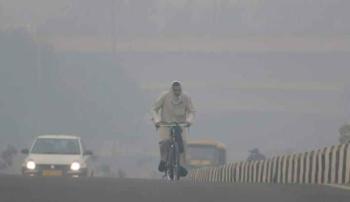 Pollution hits Delhi with Corona, close to AQI 370