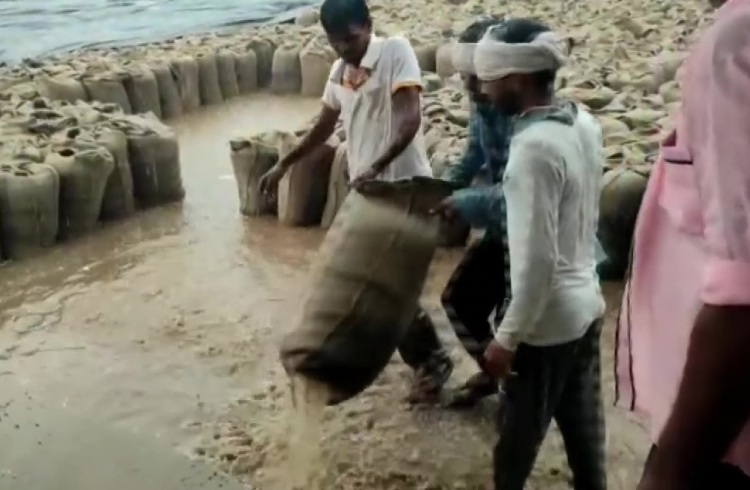 Madhya Pradesh: After wheat, gram sacks are soaked