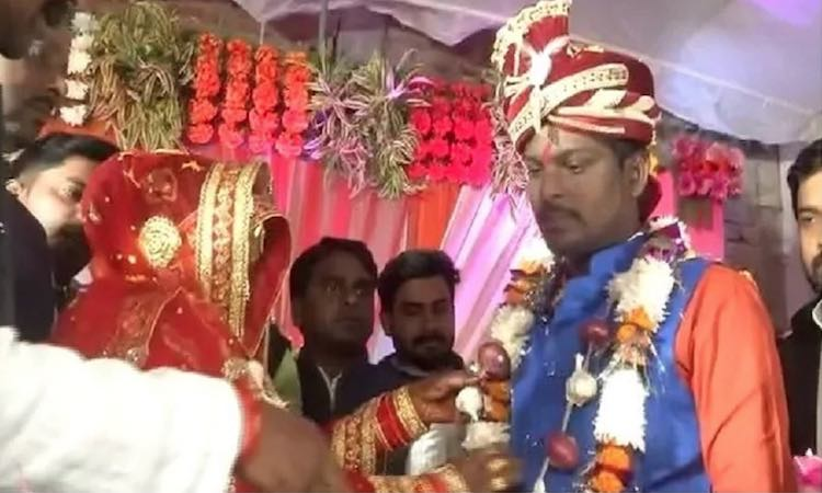 Varanasi: The bride and groom performed the garlan